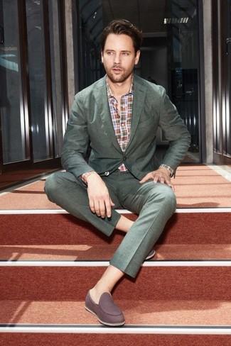 Cómo combinar: traje verde oscuro, camisa de manga larga de tartán en multicolor, mocasín de ante en marrón oscuro