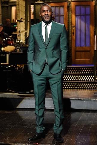 Cómo combinar: traje verde oscuro, camisa de vestir blanca, zapatos oxford de cuero negros, corbata verde oscuro