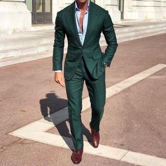 Cómo combinar: traje verde oscuro, camisa de vestir celeste, zapatos oxford de cuero burdeos