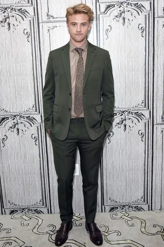 Cómo combinar: traje verde oscuro, camisa de vestir marrón, zapatos con doble hebilla de cuero en marrón oscuro, corbata con print de flores marrón