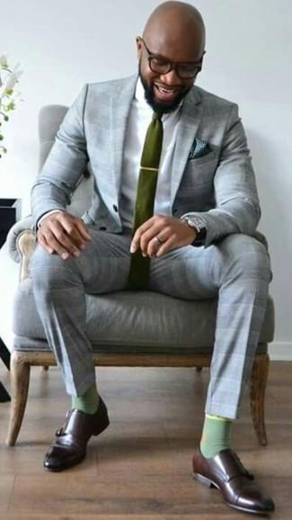 Cómo combinar unos calcetines verdes: Intenta ponerse un traje de tartán gris y unos calcetines verdes para una vestimenta cómoda que queda muy bien junta. Dale onda a tu ropa con zapatos con doble hebilla de cuero en marrón oscuro.