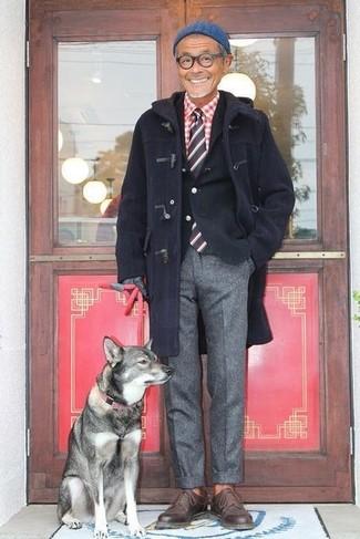 Cómo combinar: trenca azul marino, blazer de algodón negro, camisa de manga larga de cuadro vichy en rojo y blanco, pantalón de vestir de lana gris