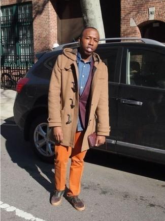 Cómo combinar: trenca marrón claro, blazer burdeos, camisa de manga larga de cambray azul, pantalón chino naranja