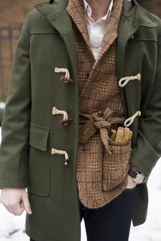 Cómo combinar: trenca verde oliva, blazer cruzado de lana a cuadros marrón, camisa de vestir blanca, vaqueros pitillo azul marino