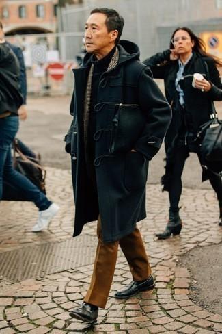 Cómo combinar un pantalón de vestir en tabaco: Opta por una trenca azul marino y un pantalón de vestir en tabaco para rebosar clase y sofisticación. Mocasín de cuero negro son una opción inmejorable para complementar tu atuendo.