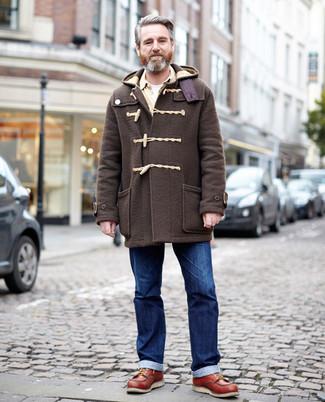 Moda para hombres de 50 años: Si buscas un estilo adecuado y a la moda, usa una trenca en marrón oscuro y unos vaqueros azules. ¿Te sientes valiente? Completa tu atuendo con botas de trabajo de cuero en tabaco.