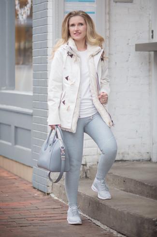 Cómo combinar: trenca blanca, camiseta con cuello circular blanca, leggings grises, deportivas grises
