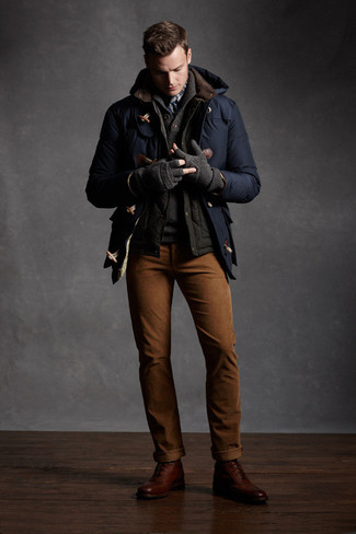 Casa una trenca azul marino junto a un pantalón chino tabaco para lograr un look de vestir pero no muy formal. Botas formales de cuero en marrón oscuro son una forma sencilla de mejorar tu look.