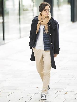 Cómo combinar: trenca negra, chaleco de abrigo azul marino, sudadera blanca, pantalón chino marrón claro