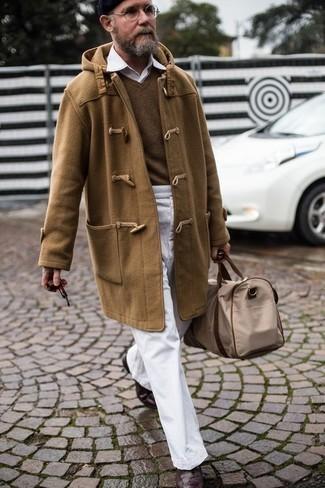 Cómo combinar unas botas brogue de cuero en marrón oscuro: Si buscas un look en tendencia pero clásico, haz de una trenca marrón claro y un pantalón chino blanco tu atuendo. Botas brogue de cuero en marrón oscuro son una opción buena para completar este atuendo.