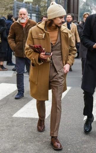 Cómo combinar un pantalón de vestir a cuadros: Empareja una trenca marrón claro junto a un pantalón de vestir a cuadros para un perfil clásico y refinado. Complementa tu atuendo con zapatos brogue de cuero marrónes.
