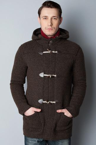 Cómo combinar: trenca en marrón oscuro, jersey de cuello alto de punto rojo, vaqueros azul marino