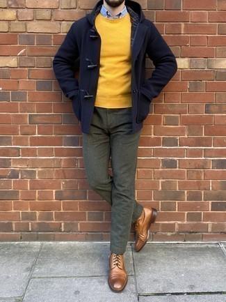 Cómo combinar unas botas casual de cuero marrón claro: Intenta ponerse una trenca azul marino y un pantalón chino verde oscuro para crear un estilo informal elegante. Botas casual de cuero marrón claro son una opción buena para completar este atuendo.