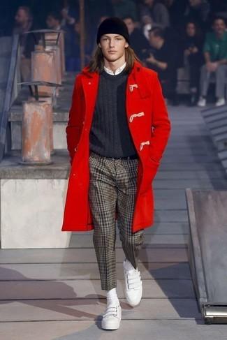 Cómo combinar: trenca roja, jersey con cuello circular en gris oscuro, camisa de vestir blanca, pantalón de vestir de espiguilla marrón