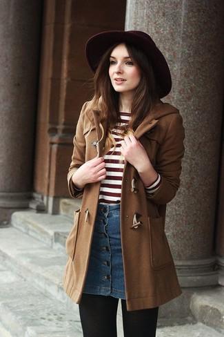 Cómo combinar: trenca marrón, jersey con cuello circular de rayas horizontales en rojo y blanco, falda con botones vaquera azul, sombrero de lana burdeos