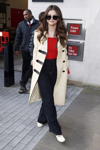 Cómo combinar: trenca en beige, jersey con cuello circular rojo, vaqueros de campana negros, zapatos de tacón de cuero blancos