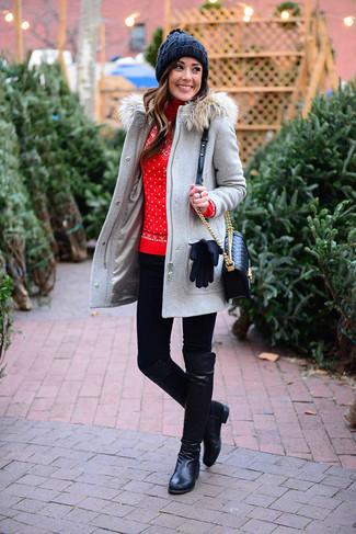 Cómo combinar: trenca gris, jersey de cuello alto de lana de grecas alpinos rojo, leggings negros, botas de caña alta de cuero negras