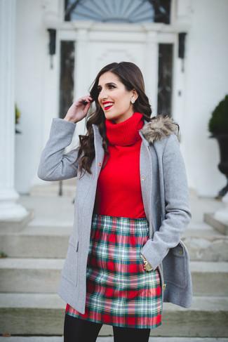 Cómo combinar: trenca gris, jersey de cuello alto rojo, minifalda de tartán roja, reloj dorado
