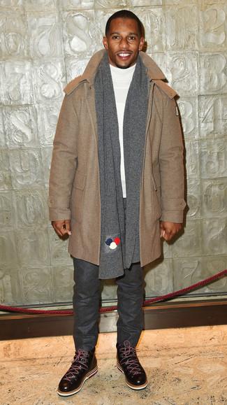 Cómo combinar: trenca marrón claro, jersey de cuello alto blanco, pantalón chino de lana en gris oscuro, botas casual de cuero en marrón oscuro