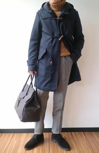 Cómo combinar: trenca azul marino, jersey de cuello alto de lana mostaza, pantalón de vestir de lana gris, botas safari de ante negras