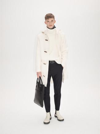 Cómo combinar una bolsa tote de cuero negra: Ponte una trenca blanca y una bolsa tote de cuero negra transmitirán una vibra libre y relajada. Botines chelsea de cuero blancos son una forma sencilla de mejorar tu look.