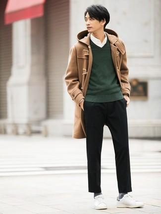 Equípate un jersey de pico verde oscuro de hombres de Merc of London junto a un pantalón chino negro para conseguir una apariencia relajada pero elegante. Haz este look más informal con tenis de cuero blancos.