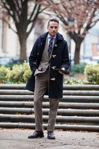 Cómo combinar una corbata: Elige una trenca azul marino y una corbata para una apariencia clásica y elegante. ¿Quieres elegir un zapato informal? Opta por un par de botas brogue de cuero morado oscuro para el día.
