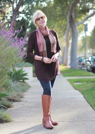 Cómo combinar: túnica burdeos, vaqueros pitillo azul marino, botas de caña alta de cuero marrón claro, bufanda rosada