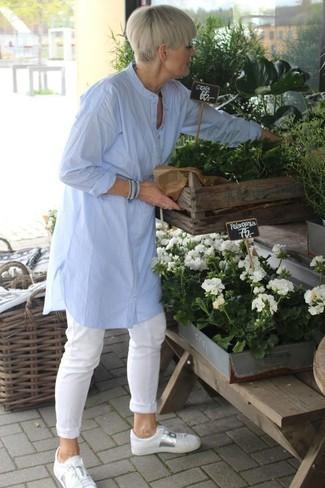Cómo combinar: túnica de lino celeste, pantalón chino blanco, tenis de cuero blancos
