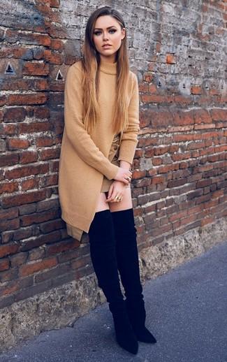 Cómo combinar: túnica de punto marrón claro, minifalda marrón claro, botas sobre la rodilla de ante negras