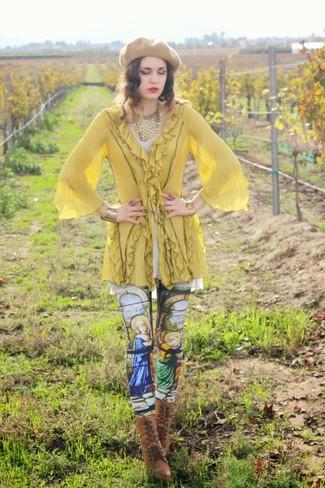 Cómo combinar: túnica amarilla, leggings estampados en multicolor, botines con cordones de cuero marrónes, boina marrón claro
