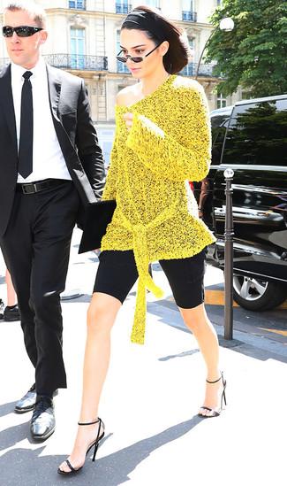 Cómo combinar una cartera sobre de ante negra: Una túnica de punto amarilla y una cartera sobre de ante negra son una opción buena para el fin de semana. Este atuendo se complementa perfectamente con sandalias de tacón de cuero negras.