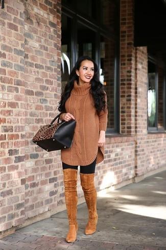 Elige por la comodidad con una túnica de lana de punto marrón y unos leggings negros. Botas sobre la rodilla de ante en tabaco son una forma sencilla de mejorar tu look.