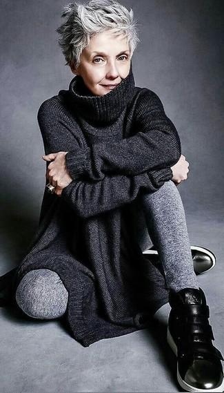 Opta por una túnica de punto negra y un pantalón de chándal gris transmitirán una vibra libre y relajada. ¿Te sientes valiente? Completa tu atuendo con zapatillas altas de cuero negras.