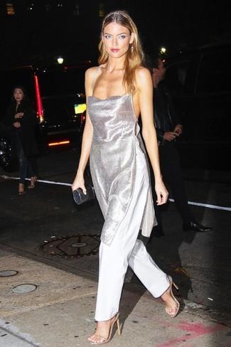 Outfits mujeres: Considera emparejar una túnica plateada junto a unos pantalones anchos blancos para un lindo look para el trabajo. Sandalias de tacón de cuero doradas son una opción muy buena para completar este atuendo.