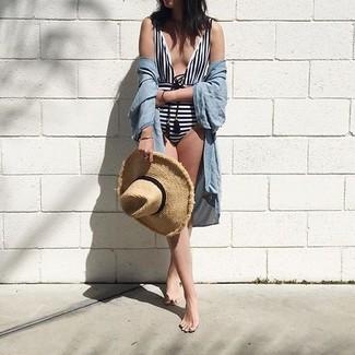 Cómo combinar: túnica playera celeste, bañador de rayas horizontales en blanco y negro, sombrero de paja marrón claro