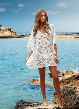 Cómo combinar: túnica playera de crochet blanco, braguitas de bikini blancas
