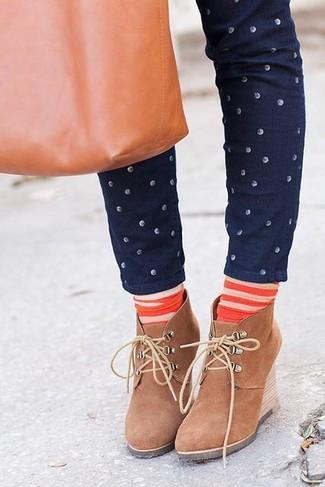Cómo combinar: vaqueros pitillo a lunares azul marino, botines con cuña de ante marrón claro, bolsa tote de cuero en tabaco, calcetines de rayas horizontales naranjas