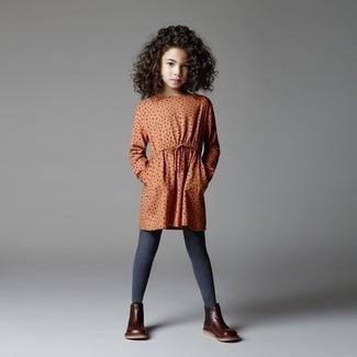 Cómo combinar: vestido a lunares naranja, botas de cuero en marrón oscuro, medias en gris oscuro