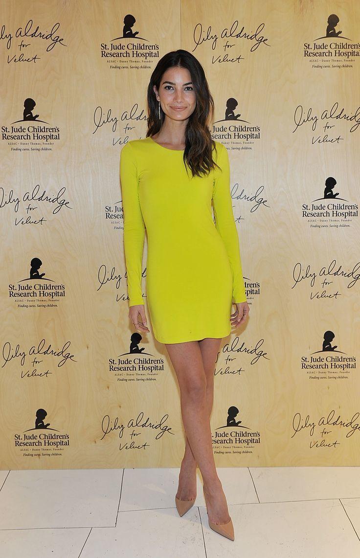 Combinacion de vestido amarillo y zapatos