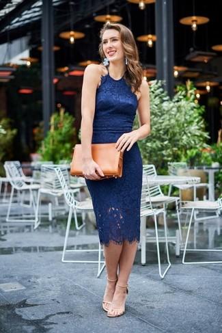 Cómo combinar: vestido ajustado de encaje azul marino, sandalias de tacón de cuero en beige, cartera sobre de cuero en tabaco, pendientes celestes