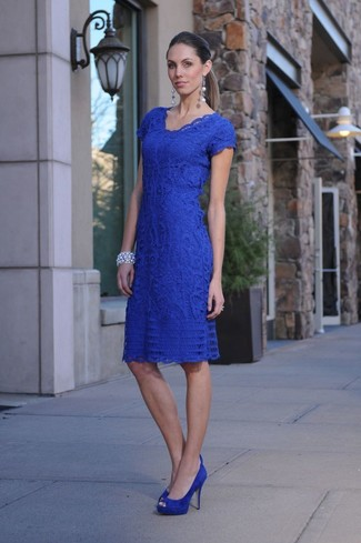 Cómo combinar: vestido ajustado de encaje azul, zapatos de tacón de ante azules, pulsera plateada, pendientes plateados