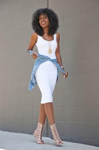 Cómo combinar: vestido ajustado blanco, camisa vaquera celeste, sandalias romanas de cuero en beige, colgante dorado