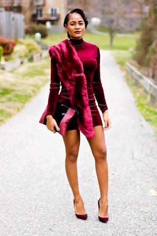 Cómo combinar: vestido ajustado de terciopelo burdeos, zapatos de tacón de ante burdeos, cartera sobre de cuero negra, bufanda de pelo burdeos