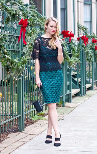 Cómo combinar: vestido ajustado de encaje en verde azulado, camiseta con cuello circular de encaje negra, zapatos de tacón de ante negros, cartera sobre de cuero negra