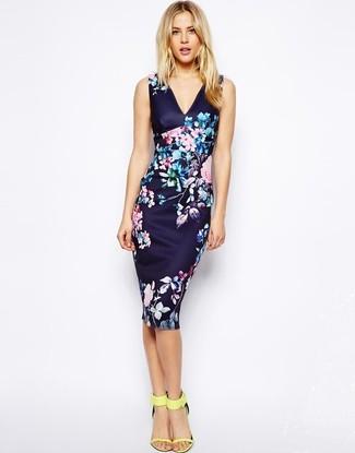 Usa un vestido ajustado con print de flores azul marino para una apariencia fácil de vestir para todos los días. Dale onda a tu ropa con sandalias de tacón de cuero amarillas.