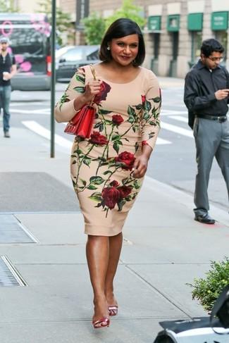 Cómo combinar: vestido ajustado con print de flores en beige, sandalias de tacón de cuero rojas, bolso bandolera de cuero rojo