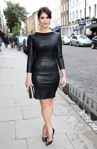 Cómo combinar: vestido ajustado de cuero negro, zapatos de tacón de cuero negros, cartera sobre negra