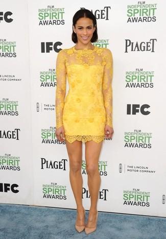 Cómo combinar: vestido ajustado de encaje amarillo, zapatos de tacón de cuero marrón claro