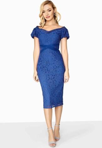 Cómo combinar: vestido ajustado de encaje azul, sandalias de tacón de cuero celestes